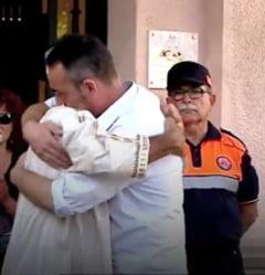 Imaginea zilei: Tatal care si-a pierdut copilul de 3 ani in atentatele din Barcelona imbratiseaza un imam. Ambii barbati sunt in lacrimi