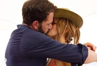 """Imagini """"fierbinți"""" cu Jennifer Lopez și Ben Affleck. Cântăreața și-a serbat ziua de naștere pe un iaht de lux, în bikini FOTO și VIDEO"""
