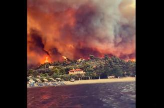 Imagini apocaliptice în Grecia. Insula Evia, cuprinsă de flăcări uriașe: 15 sate au fost evacuate după ce sute de case au ars VIDEO
