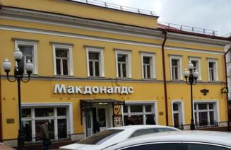 Imagini ce azi par ireale, de la deschiderea primului fast-food la Moscova, in 1990 (Video)