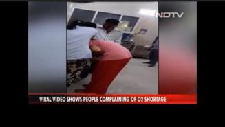 Imagini cutremuratoare in India: Doua fiice ii fac respiratie gura la gura mamei bolnave de COVID in spitalul arhiplin VIDEO