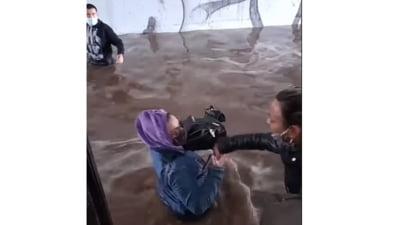 Imagini de groază ale inundațiilor din Grecia: mai multe persoane încearcă să se salveze dintr-un autobuz scufundat într-un pasaj subteran VIDEO