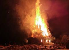 Imagini dramatice de la incendiul care a mistuit o bisericuta din lemn din Suceava. Doua icoane au fost salvate din flacari