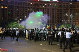 Imagini dure cu oamenii care manifesta pasnic in Piata Victoriei si sunt indepartati brutal cu tunuri de apa (Video)
