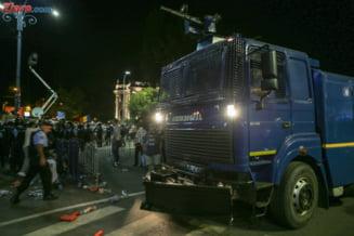 Imagini filmate dintr-o duba a Politiei, facute publice: Aruncati in haos, mascatii injura si contesta ce fac jandarmii (Video)