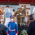 Imagini impresionante de la inmormantarea episcopului eparhiei Greco-Catolice de Cluj-Gherla: sute de credinciosi s-au adunat in fata catedralei