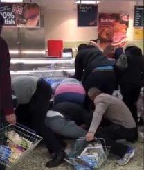 Imagini incredibile la supermarket: Cum s-au luptat britanicii pe podea pentru carne ieftina (Video)