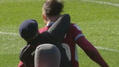 Imagini oribile in Anglia. Un suporter a intrat pe teren si l-a lovit pe capitanul lui Aston Villa in marele derbi din Birmingham (Video)
