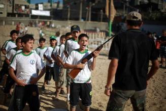 Imagini socante: copiii invata terorismul in tabere de vara (Galerie foto)