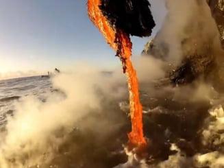 Imagini spectaculoase cu lava incandescenta in momentul in care se naste o noua bucata de pamant (Video)