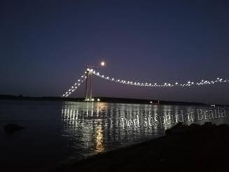 Imagini spectaculoase cu podul suspendat peste Dunăre de la Brăila. Lucrările avansează: au fost montate firele cablului principal VIDEO