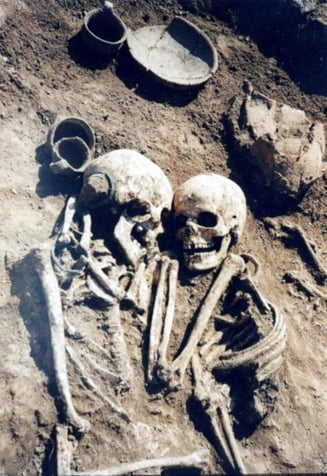 Imbratisati de 3.000 de ani: O femeie a cerut sa fie ingropata de vie, ca sa-si tina vesnic sotul in brate