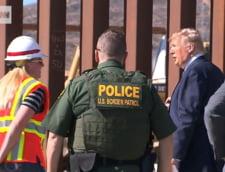 Imigrantii si traficantii mexicani taie cu fierastraul zidul lui Trump pentru a trece in SUA (Video)