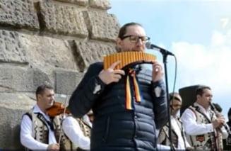 Imnul Romaniei interpretat de zeci de artisti la 2000 metri altitudine, langa Crucea de pe Caraiman