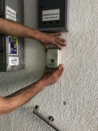 In Bucuresti a inceput montarea dozatoarelor cu dezinfectant, la fiecare scara de bloc - se procedeaza diferit, in functie de sector
