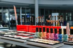 In Coreea de Sud, o oglinda permite cumparaturile de cosmetice, fara a le testa