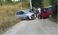In loc sa vada de raniti s-au luat la cearta. Trei persoane la spital in urma ciocnirii dintre doua masini in Caras-Severin