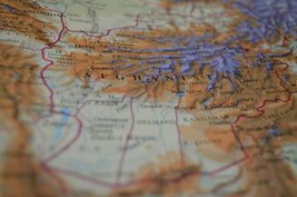 In timp ce americanii se ocupa de Assad, Rusia si Iranul isi sporesc puterea in alta tara care ar putea deveni noua Sirie
