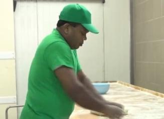 Inca un muncitor din Sri Lanka a ajuns la brutaria din Ditrau. Mai vin altii si din Nepal (Video)