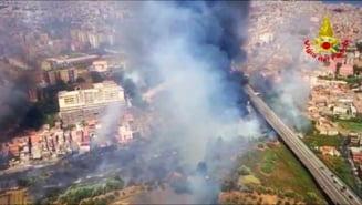 Incendiile din Sicilia, greu de stins. Focul s-a apropiat de aeroportul din Catania