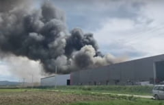 Incendiu de amploare la o hala a fabricii de hartie din Dej. Sase persoane s-au intoxicat cu fum