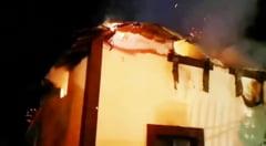 Incendiu devastator la Crampoia. Acoperisul unei locuinte si mai multe bunuri, distruse de flacari