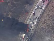 Incendiu devastator pe o autostrada din SUA - Zeci de masini si case distruse (Video)