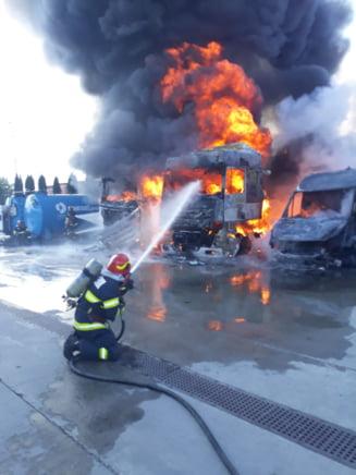 Incendiu intr-o parcare de TIR-uri. Ard mai multe vehicule si exista pericolul de extindere