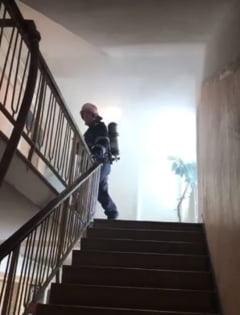 Incendiu intr-un bloc cu 10 etaje din Bucuresti: Fumul a patruns in apartamente, locatari evacuati si dusi la spital