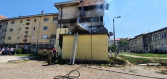 Incendiu la Racaciuni: patru personale salvate de pompieri