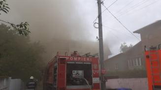 Incendiu la mansarda unui bloc. 18 autospeciale de stingere si trei autoscari, trimise la fata locului FOTO