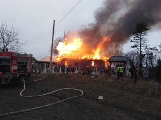 Incendiu la o biserica din judetul Neamt. Focul se manifesta in interiorul acesteia si la acoperis