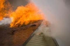 Incendiu la o casa din Teius: Acoperisul unei bucatarii de pe strada Stefan Cel Mare a luat foc. Pompierii din Aiud, solicitati sa intervina