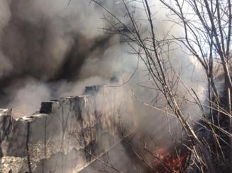 Incendiu la o cladire din Bucuresti, plina cu anvelope si gunoi menajer. A fost chemata Garda de Mediu (Foto)