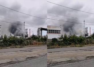 Incendiu la o rafinărie din Ploiești. Autoritățile îi sfătuiesc pe oameni să se protejeze de fumul gros VIDEO