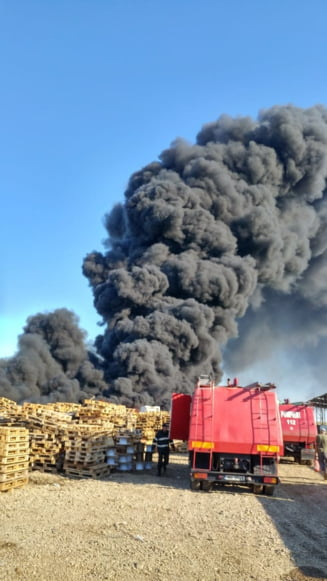 Incendiu la un depozit de deseuri din Bihor: Coloana de fum ajunge la 150 m (Video) UPDATE Focul a fost stins