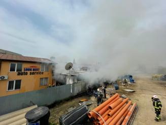 Incendiu la un service auto din Capitala. O persoana a suferit arsuri la nivelul fetei FOTO