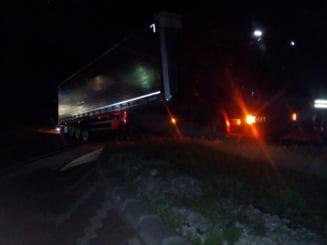 Incendiu pe sosea in miezul noptii! Un TIR a luat foc in sensul giratoriu, in Campia Turzii