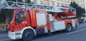 Incendiu provocat de o tigara intr-un bloc din Buzau: Un barbat a fost gasit mort de pompieri