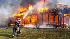 Incendiu puternic in Brasov. Un om a murit, iar 50 de persoane au fost evacuate dintr-un bloc de garsoniere