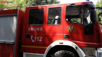 Incendiu puternic intr-un bloc din Filiasi: O persoana a murit si cateva au ajuns la spital