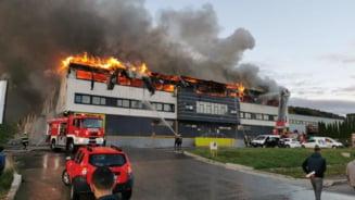 """Incendiu puternic la o fabrică din Cluj-Napoca: """"Rămâneți pe cât posibil în incinte, închideți geamurile și nu vă expuneți la fum"""" VIDEO"""