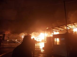 Incendiu puternic la o hala de depozitare si productie de saltele din Prahova