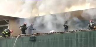 Incendiu puternic la un depozit din Tulcea plin cu materiale inflamabile: Zeci de pompieri se lupta cu focul