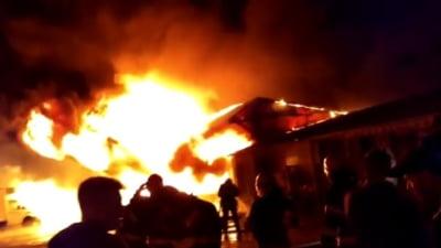 Incendiu violent la un depozit din Barlad. Pompierii au intervenit cu 13 autospeciale VIDEO