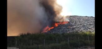 Incendiul de la groapa de gunoi din Arad, greu de stins. Vântul puternic a reaprins focul