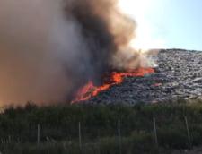 Incendiul de la groapa de gunoi din Arad, greu de stins. Vantul puternic a reaprins focul