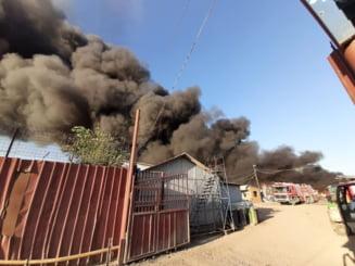 Incendiul din Buzau inca nu a fost stins nici acum: 7 echipaje de pompieri intervin