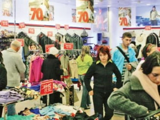 Incep reducerile de sezon - haine cu pana la 70 la suta mai ieftine (Video)