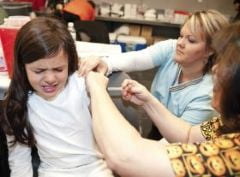 Incepe vaccinarea fetelor impotriva cancerului de col uterin